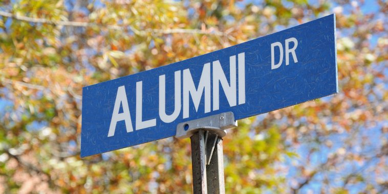 Street sign says alumni on it.